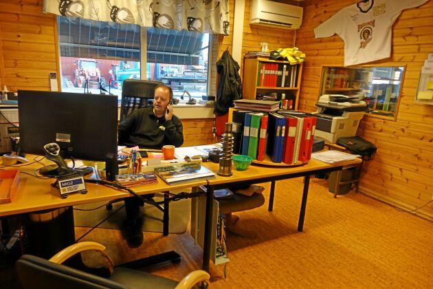 Telefonen ringer oavbrutet. Jonas Johansson på Staffans Maskin utanför Horred vill hjälpa kunderna till en bra affär.
