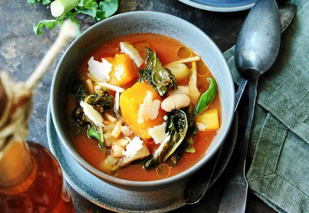 Var och en får själv smaksätta sin soppa med kallpressad rapsolja och ost.