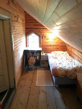 Kattvinden på övre plan har blivit ett sovrum åt äldsta dottern Davinia.