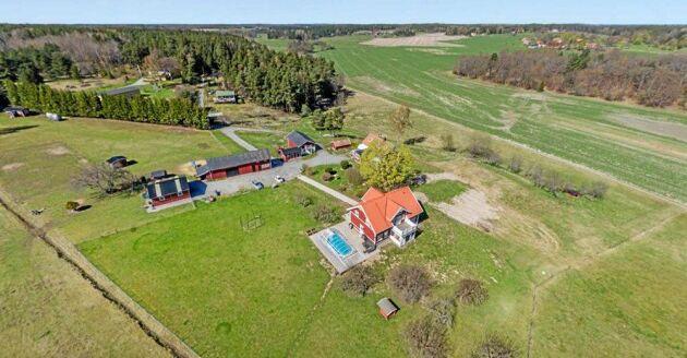 Det tar 17 minuter till Ekerö centrum från gården.