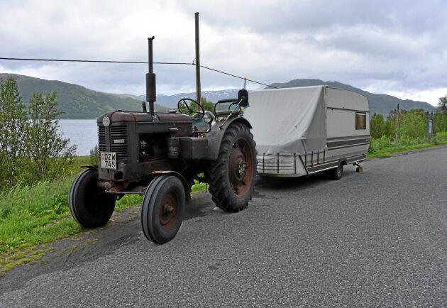 Ett udda ekipage –en Volvo BM 36 från 1954 och en ombyggd Cabby-husvagn på släp.