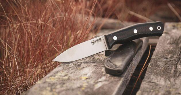 Denna kraftiga full-tånge kniv är byggd för mångsidig användning som tex jakt, bushcraft och allmänt bruk i skogen. Det är en mycket robust kniv som du kan flå en älg med, snida ett träföremål eller klyva mindre vedträn, använda vid matlagning i friluftlivet.