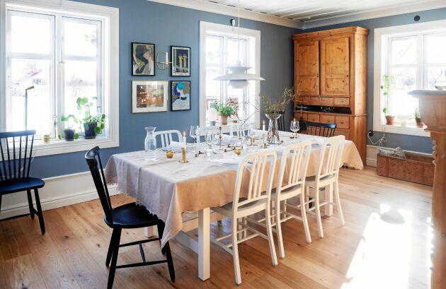 Det är luftigt och gott om plats i husets matsal. Furuskåpet längst ned är arvegods från Pers släkt.