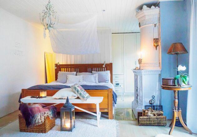 Sovrummet är vilsamt ljust och luftigt med ett vitt tygsjok över sängen.
