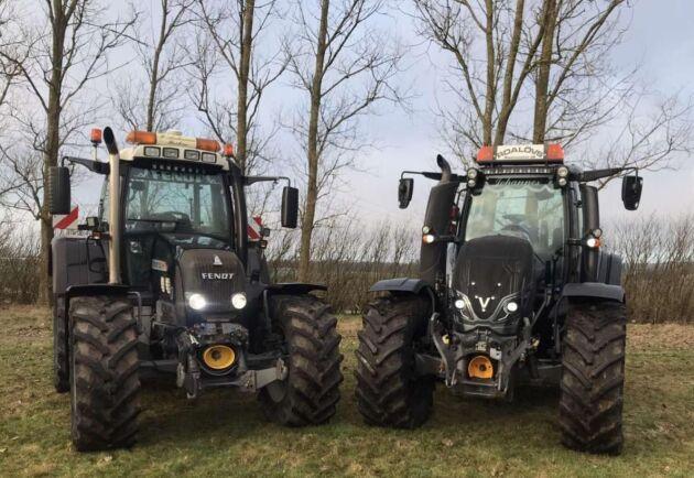 Två av traktorerna som var med i paraden.
