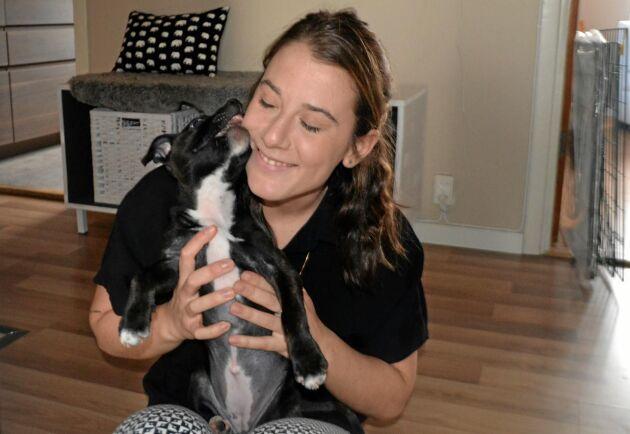 Hundvalpen Penny betyder mycket för Isabella.