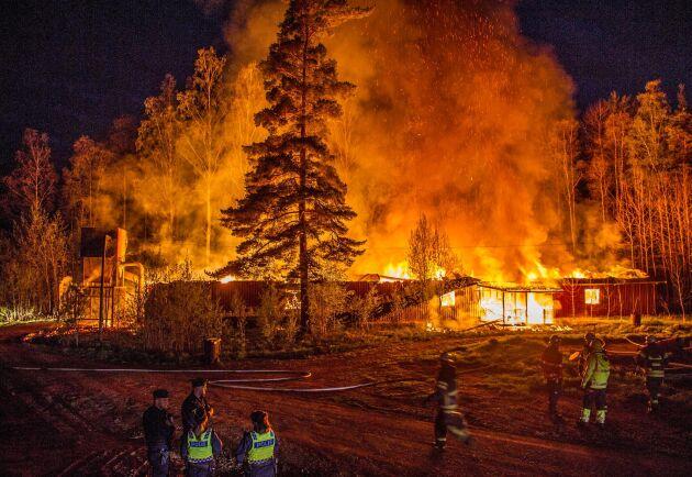 En träindustri strax utanför Garpenberg började brinna under natten mot tisdagen.