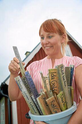 Lella har en hel samling av pinnar med växtetiketter. Isin köksträdgård odlar hon det mesta familjen behöver. Redan nu är de självförsörjande på lök och grönsaker.