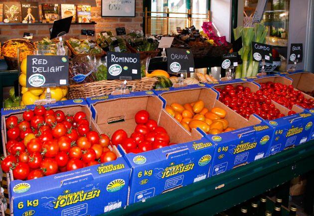Förutom gårdens egenodlade bär, frukt och grönsaker säljs också grönsaker, rapsoljor, kakor och ost från andra Österlensföretag i gårdsbutiken. Här finns även ett litet utbud av italienska delikatesser.
