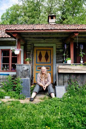 Pia Schnuchel utanför sin älskade fäbod i Lisskog utanför Rättvik.