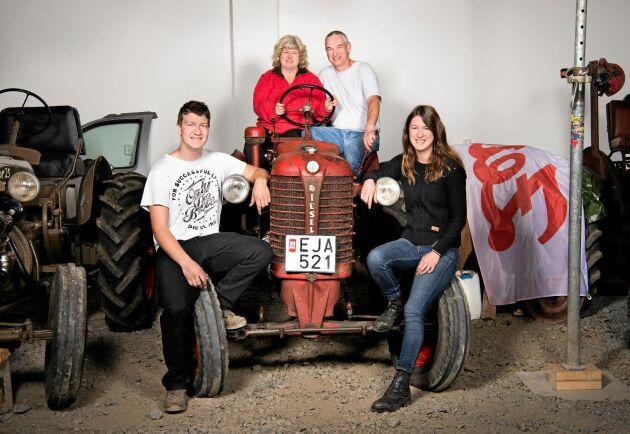 Som 19-åring köpte Christer den röda traktorn som familjen sitter på. Han hämtade och körde hem henne från Dalsland, 17 mil från gården. Hon kallas för Bettan och är Helens favorit. – Den är lättkörd, har bra bromsar och har fått gå en del i skogen, berättar Christer.