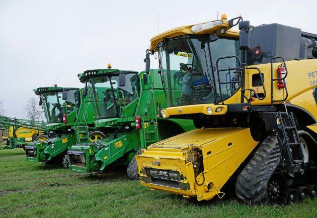 Tre tröskor och tio traktorer ingår i maskinparken som dock domineras av entreprenadmaskiner.