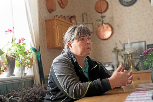 Gudrun Haglund-Eriksson vid sitt köksbord. Det är ofta här eller över telefon hon hamnar när en lantbrukare vill prata.