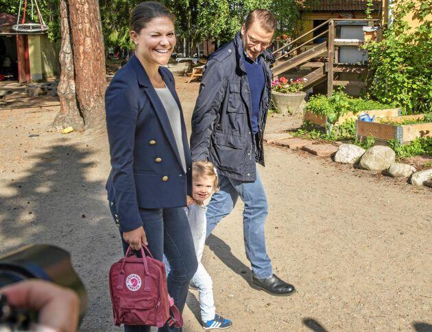Kronprinsessan Victoria, prins Daniel och prinsessan Estelle på väg till Estelles första dag i skolan.
