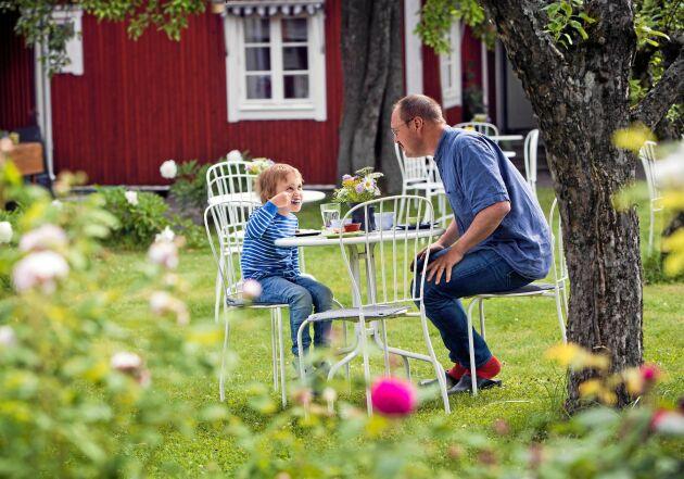 I trädgården serveras hembakt under de äppelträd som bakverkens frukt kommer från! Här är det maken Hans och sonen Erik som tar en fikapaus.