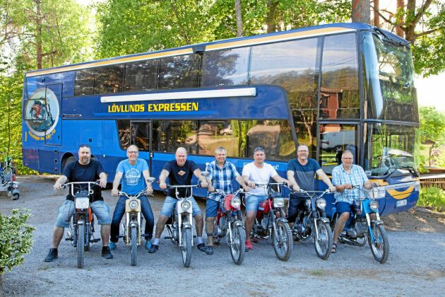"""Hela gänget framför sin """"moppebuss"""": Från vänster: Magnus """"Blonken"""" Andersson-lindwall, Jan Tapper, Johan Erlandsson, Björn Karlsson, Frank Stelzl, Roland Nordlöv och Peter Borell."""