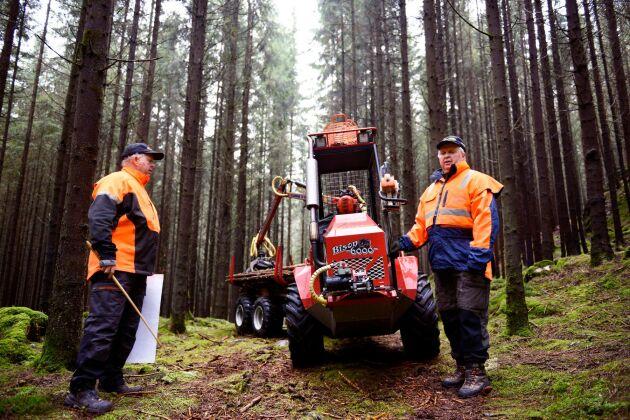 Anders och Johannes Eriksson menar att dagens skogsbruk är anpassat efter de stora, tunga maskinerna. Istället borde maskinerna anpassas efter skogen, som deras egna skotare som endast mäter 1,37 meter på bredden.
