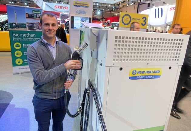 Jean-René Pouzin, som är säljchef på franska Prodeval, visar upp den unika tanklösningen som ska uppgradera biogasen till fordonsgas på gårdsnivå.