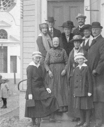 Amalia Erikson med kunglig uppvaktning av prins Carl med familj år 1915.