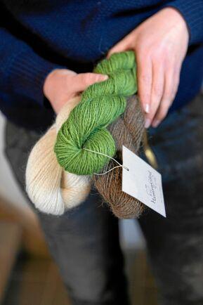 Gårdens ull skickas till olika svenska spinnerier för att bli till garn. Camilla växtfärgar och nästa idé är att hålla kurser i växtfärgning,