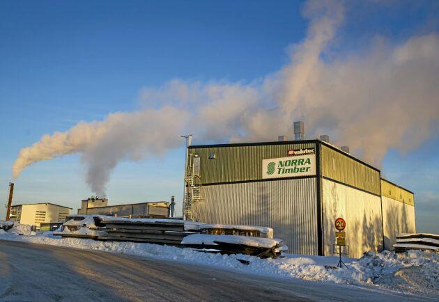 Den högteknologiska såglinjen vid Sävarsågen klarade gårdagens brand, och produktionen rullar redan för fullt igen.