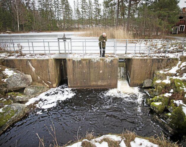 Den övre dammen vid Lilla Älgsjön renoverades 1978 av dåvarande Domänverket men vattennivån är densamma som på 1700-talet. Detta är den enda av Björn och Britta Carlssons dammar som är reglerbar. Luckorna brukar utnyttjas en–två gånger om året för att undvika översvämning vid stora vattenmängder.