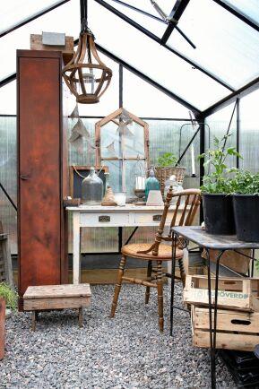 Ett växthus av enklaste modell med kanalplast låter inte varken gammaldags eller charmigt. Men med rätt val av inredning och prylar har Cecilia fångat rätt känsla.