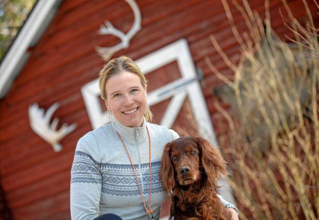 """Evelina Åslund Bäck, programledare i SVT:s """"Jaktliv"""" älskar sitt liv hemma i Jämtland. Här med sin irländska setter Shiva."""