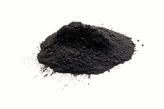 Torrschampo med lite aktivt kol passar den svarthåriga.