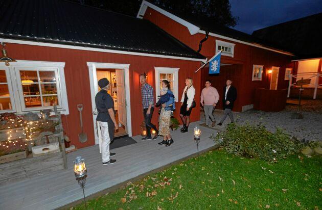 Lördagkväll klockan 18.30 i Slöinge. Kvällens gäster från ett sängföretag i Halmstad i tas emot av Susanne.