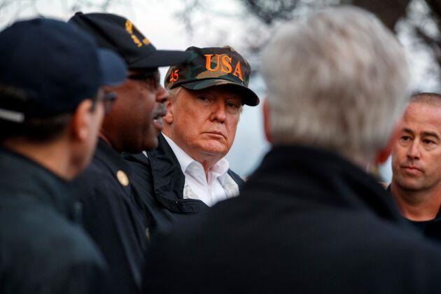 USA:s president Donald Trump besöker brandhärjade områden i Kalifornien.