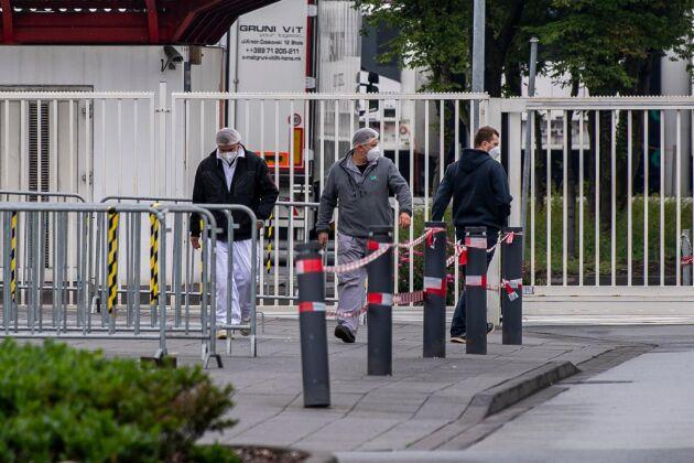 Anställda på Tönnies slakteri. Nu har över 7000 personer som den sista tiden har befunnits sig på slakteriområdet satts i karantän.