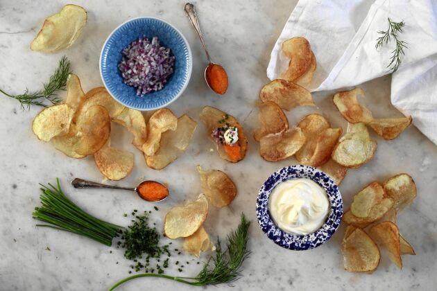 Enkelt, gott och festligt med hemlagade chips och löjrom.