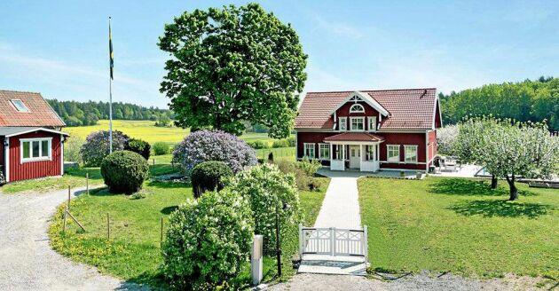 Hästgården i Svartsjö beskrivs som att det lämpar sig perfekt för boende för flera familjer eller för den som vill hyra ut.