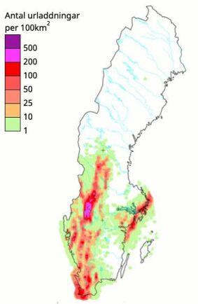 3 augusti 2014. Kartan visar antal blixturladdningar per 100km2. Starka urladdningar (strömstyrka minst 100000 ampere) har markerats med +.