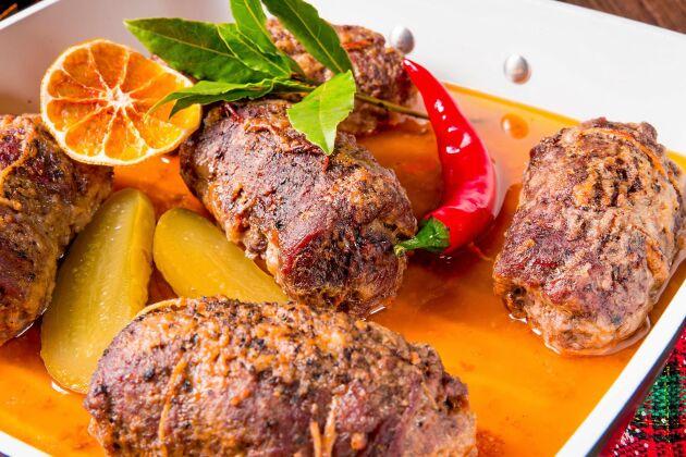 Kalasbiffar lindade i bacon är en rätt som får det att vattnas i munnen.