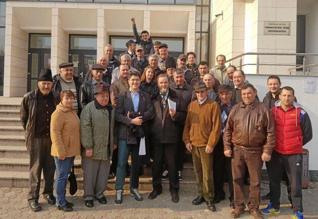 Domstolstvister om skogsmark är vanliga i Rumänien. Här firar skogsägarföreningen Nostra Silvas ordförande Bogdan Ioan Tudor Todoran, med glasögon i främsta raden, och en grupp privata skogsägare att de fått tillbaka rätten till 2 300 hektar skog i Bistrita-Nasaud i norra Rumänien.