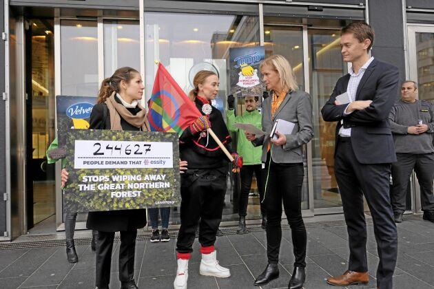 Här uppvaktar Lina Burnelius och den samiska artisten, Sofia Jannok namnunderskrifter till Essity-representanten Kersti Strandqvist.