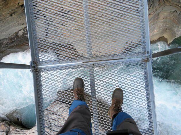 Flera gånger går leden över rinnande vatten via hängbroar i stålkonstruktion. De svajar lite, men är trygga.