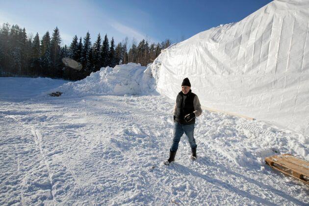 Det här är snöväggen som fick tjäna som bioduk.