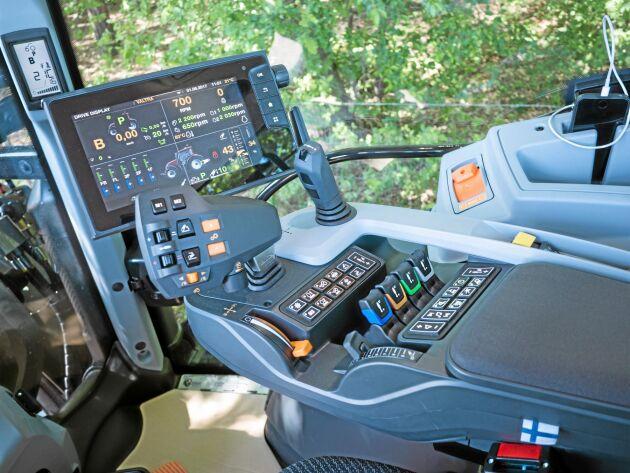 Handkontroll. Armstödet med körspak, programmeringsbara knappar och display kommer till Versu- och Direct-modellerna i N-, T- och S-serierna. Versu-modellerna blir därmed de första powershift-traktorerna som helt kan köras med körspak, precis som steglösa traktorer.