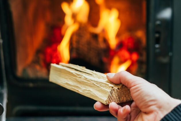 Genom att elda från toppen kommer eldstaden snabbt upp i drifttemperatur, gaserna förbränns bättre och elden brinner längre.