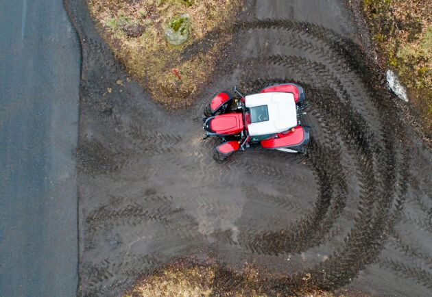 Med fyrhjulsstyrningen svänger traktorn runt på ytor som verkar omöjliga. Vändcirkeln minskar med nästan 3 meter ner till under 7 meter.