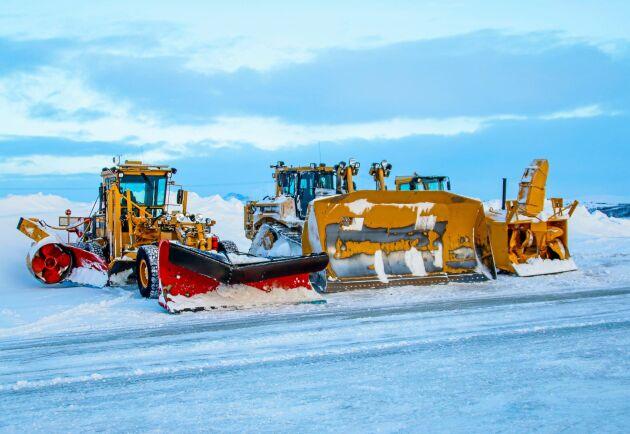 Tre snöhjältar har samlats på Flatruet. De ser till att vägen hålls öppen.