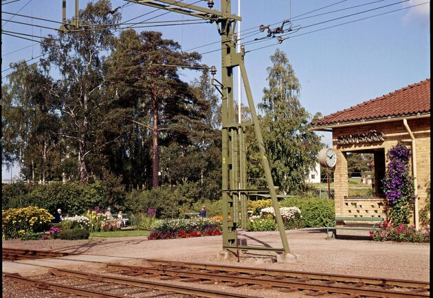 Skutskärs station som den såg ut i mitten av 1900-talet. Här skymtar flox, borstnejlika och gula kungsljus.