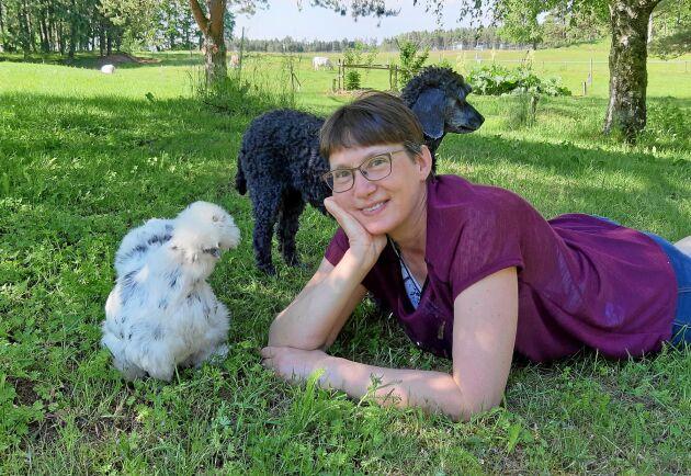 Jeanette Persson med två av sina djurkompisar, silkeshönan Isadora och mellanpudeln Embla.