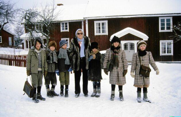 Astrid Lindgren tillsammans med barnen i Bullerbyn.