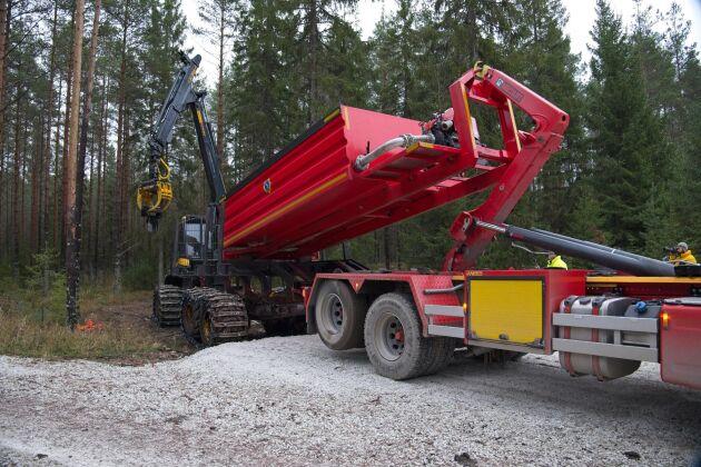 Håkan Johansson, Sala, har tillsammans med SkogForsk tagit fram en ramp för att kunna föra över brandutrustning från en lastväxlarbil.