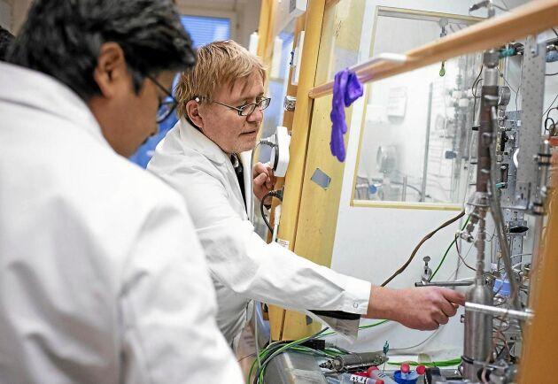 Professor Jyri-Pekka Mikkola har uppfunnit kemiska katalysatorer för att omvandla etanol till bensin.