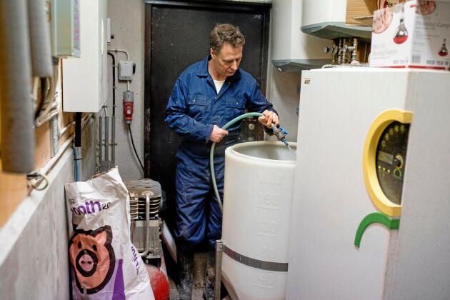 Mjölktanken fylls på en gång dagligen med mjölkpulver och vatten. Den varma mjölken pumpas ut till avdelningarna med hjälp av en lufttryckspump.